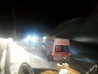 Yolda mahsur kalan ambulans kurtarıldı