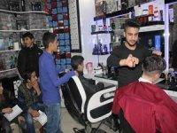 Hakkari'de öğrenciler bedava tıraş edildi