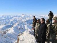 Vali Akbıyık, sınırdaki askerleri ziyaret etti