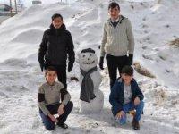 Kardan adam yaparak tatilin keyfini çıkarıyorlar