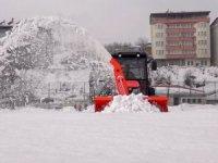 Karla kaplı futbol sahası kar makinesi ile temizlendi