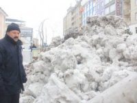 Hakkari'deki kar dağları şehir dışına taşındı