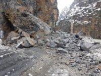 Dev kayalar karayoluna düştü!