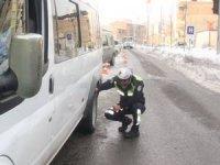 Hakkari'de trafik ekipleri kış lastiği uygulaması yaptı
