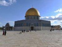 Filistinliler İsrail barikatlarını yıkarak Mescidi Aksa'ya girdi