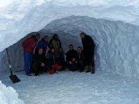 Cisad dağcıları gece kar mağarasında geçirdiler