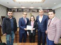 MHP'li Başkan Özbek başaralı öğrencilere tablet dağıttı