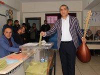 Türkücü Aydın Aydın, oy kullanmaya sazı ile geldi