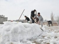 Yüksekova'da Nisan ayında kar mesaisi