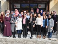 Kadınlar İngilizce ve işaret dili öğreniyor