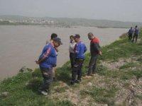 Nehre düşen gencin arama çalışmaları sürüyor