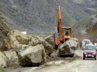 Hakkari - Van karayoluna dev kayalar düştü