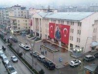 Belediye binasına dev Türk bayrağı ve Atatürk posteri asıldı