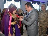 Vali Akbıyık, Çiftçi ailesinin düğün törenine katıldı