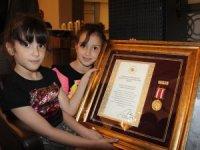 Şehitlerin madalyalarını minik kızları aldı