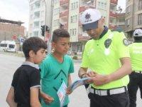 Hakkari'de çocuklara sürücü karnesi dağıttı