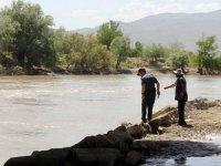 Nehre atlayan kadını boğulmaktan çoban kurtardı