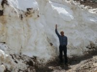 Yaz mevsiminde 5 metre karla mücadele