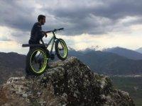 Tarihi Çukurca Kalesi'nin zirvesine bisikletle çıktı