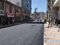 Yüksekova'da yol asfaltlanma çalışması