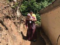 Engelli genç evine annesinin sırtında gidiyor
