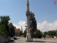 Yol ortasında kalan camisiz minare şaşırtıyor