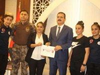 Polisten Hakkari kadın takımına nakdi destek