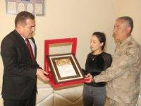 Vali Akbıyık'tan şehit eşi Zerek Kır'a şehadet belgesi