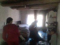 Hakkari'de evleri yanan yeni evli çift yardım eli bekliyor