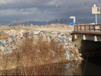 Yüksekova kuş cennetini çöplüğü çevirdiler
