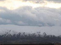 Karlı dağlarla bulutların görsel şöleni