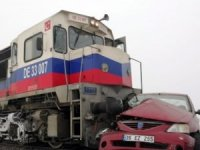 Yük treni otomobil ile çarpıştı: 3 ölü...