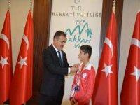 Vali Akbıyık, balkan şampiyonunu altın ile ödüllendirdi