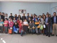 Köy okulundaki öğrencilere destek