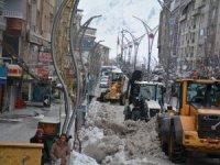 Hakkari'de kar dağları şehir dışına çıkartılıyor