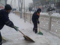 Hakkari'deki kaldırımlar kardan temizlendi