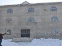 Köy camisi  hayırseverlerin halı yardımını bekliyor