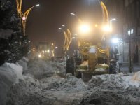 Belediye kar dağları ile mücadele ediyor