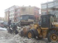 Hakkari'de 400 kamyon kar kent dışına çıkartıldı