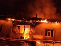 Van'da cinnet geçiren kadın evini ateşe verdi!