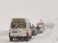 Yüksekova-Şemdinli karayolunda 30 araç mahsur kaldı