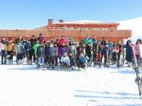 Vali Akbıyık'tan kayak eğitimi gören öğrencilere ziyaret