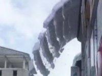 Hakkari'de çatıda düşen kar çığ gibi düştü