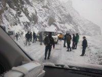Hakkari-Van karayolunda araçlar yolda kaldı