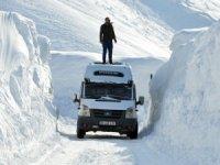 6 metreyi geçen kar yığınları arasında yolculuk