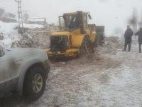 Belediye kar küreme aracı kara saplandı