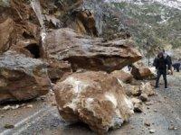 Beytüşşebap yoluna kaya düştü