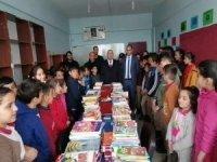 Başkan Er'den Okullara Kitap Desteği