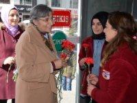 HDP Kadınlara Karanfil Dağıttı