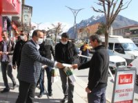 Başkanı Saklı'dan ücretsiz maske dağıtımı